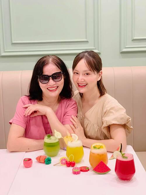 Diễn viên Lan Phương nói mình là con gái nhỏ bé của mẹ và đón ngày Tết thiếu nhi muộn bên đấng sinh thành.