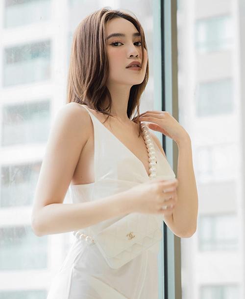 Để đối phó với những ngày nóng đỉnh điểm ở mùa hè năm nay, Lan Ngọc và nhiều sao Việt cùng chọn các kiểu trang phục sát nách, hai dây trên gam trắng để sử dụng.