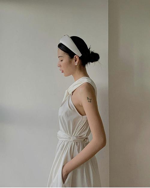 Bên cạnh các mẫu áo crop-top khoe eo thon táo bạo, nhiều mẫu đầm trắng nhẹ nhàng cũng được Phí Phương Anh chọn lựa để mặc trong ngày nóng.
