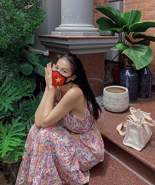 Váy sát nách thiết kế trên chất liệu vải chiffon in hoa là trang phục ngày nóng chảy mỡ của hoa hậu Phương Khánh.