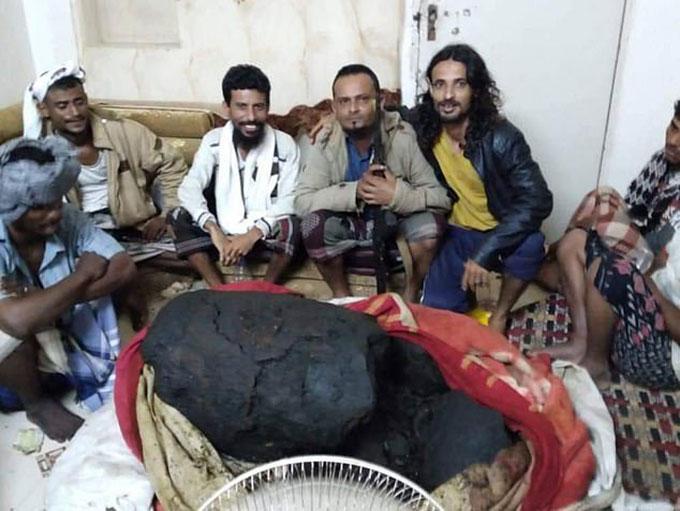 Nhóm ngư dân Yemen với bãi nôn cá voi họ tìm được hồi tháng 2. Ảnh: BBC News.