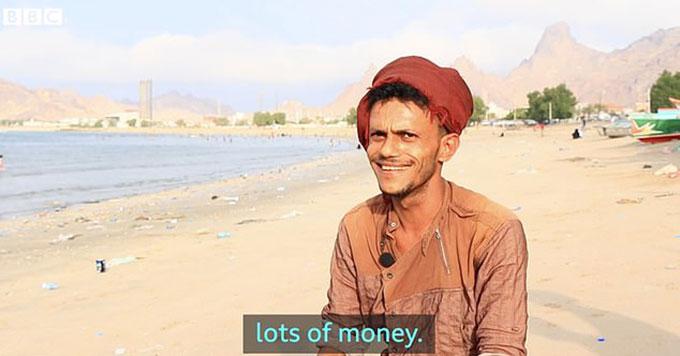 Một ngư dân Yemen khoe kiếm được nhiều tiền nhờ tìm thấy bãi nôn cá voi. Ảnh: BBC News.
