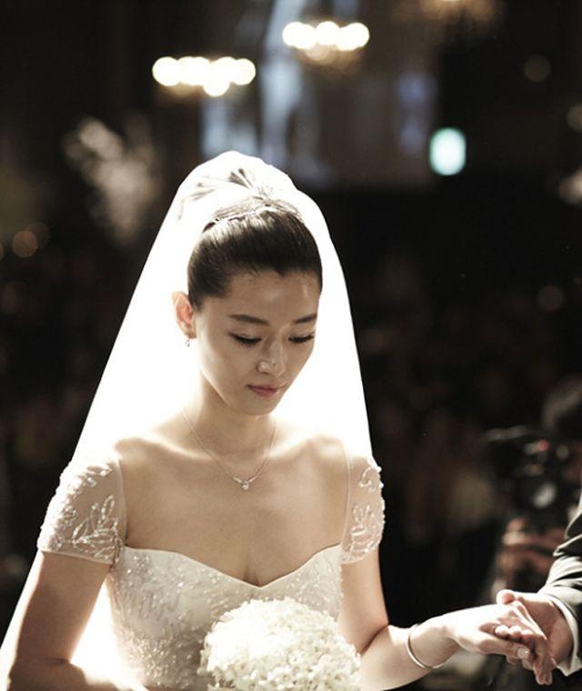 Jeon Ji Hyun và ông xã trong ngày cưới, năm 2012.