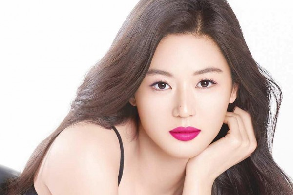 Jeon Ji Hyun nhiều năm nay là ngôi sao trong giới giải trí, có nhiều hợp đồng quảng cáo đắt giá.