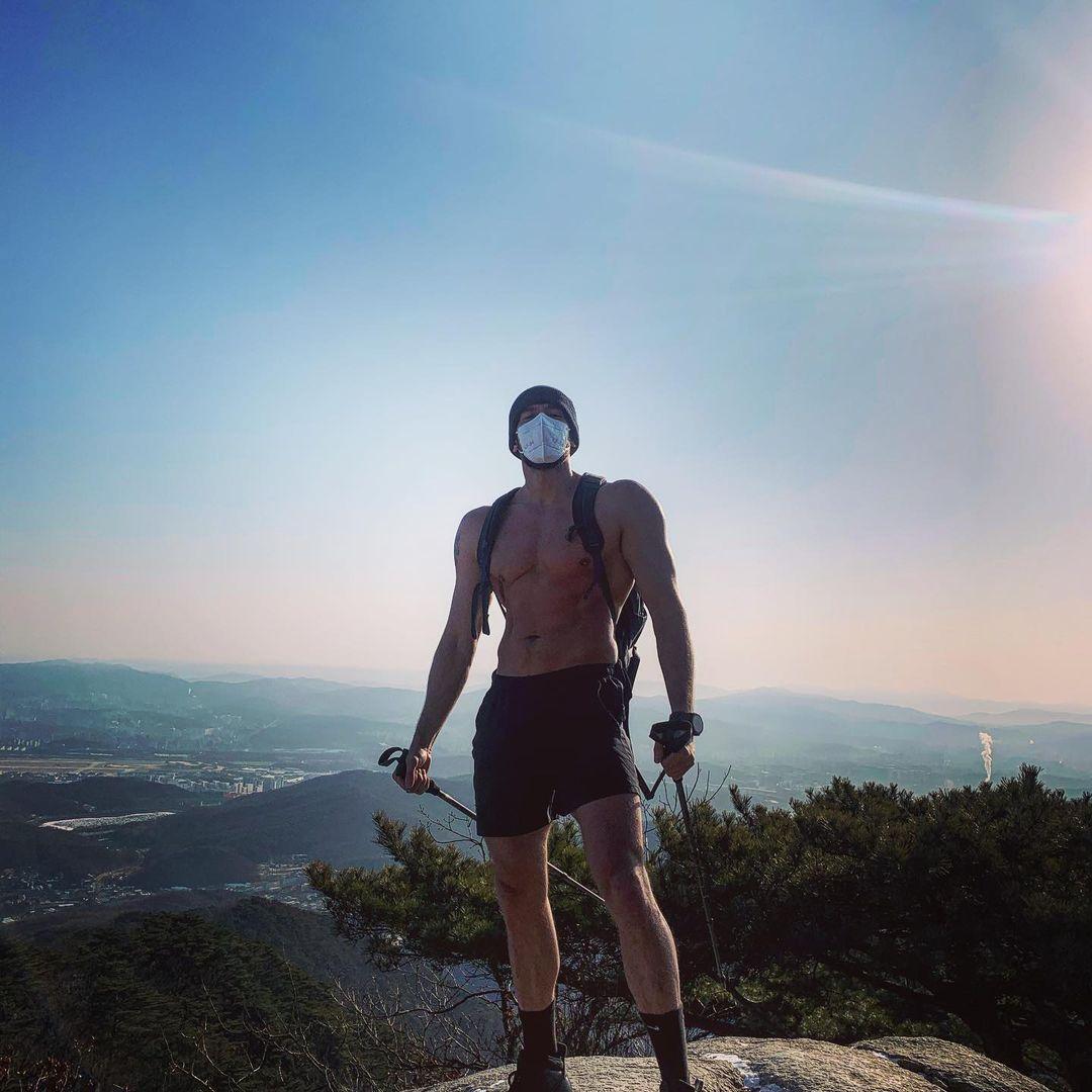 Julien từng cởi trần đi bộ trong thời tiết âm 9 độ C.