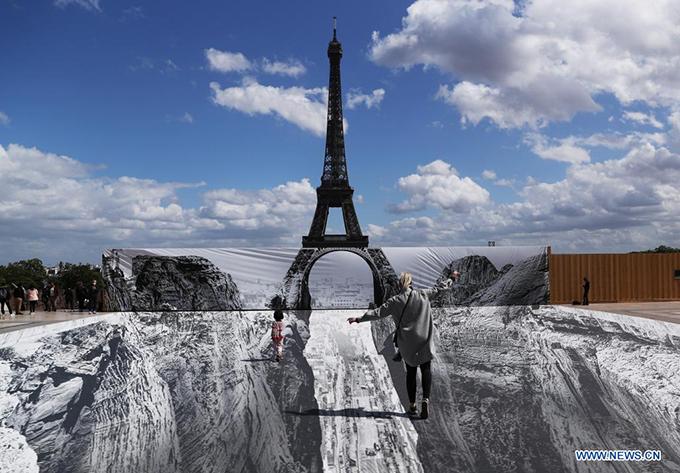 Dân Paris đổ xô check in tháp Eiffel dưới vực thẳm