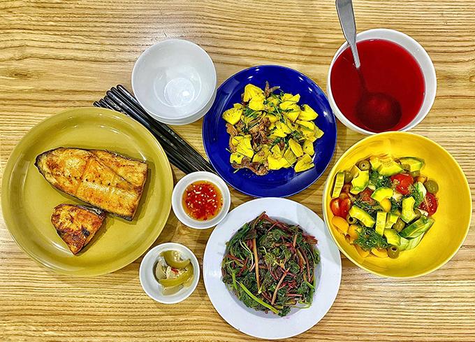 Đan Lê nấu cơm nhà 4 món với salad bơ, rau dền luộc, món xào và cá rán, đủ dinh dưỡng cho nhà 4 người.