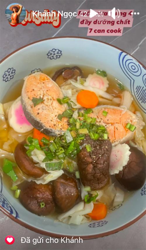 Khánh Ngọc tận dụng các nguyên liệu sẵn có trong tủ lạnh để làm món canh thập cẩm, có vị ngọt từ nguyên liệu đa dạng. Cô nấu cá hồi, chả mực thả lẩu, nấm hương, cà rốt, măng và chút hành lá, tiêu.