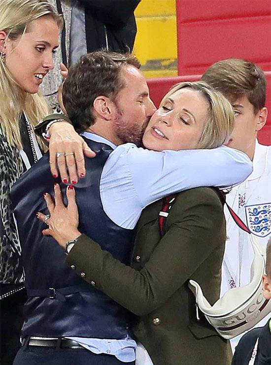 HLV Southgate ôm bà xã Alison sau trận thắng Colombia vòng 16 đội tại World Cup 2018. Ảnh: Backgrid.
