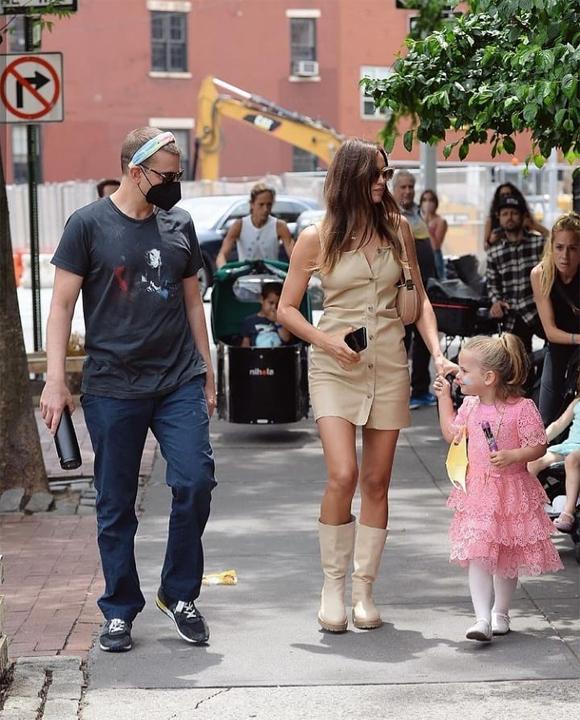 Nhiều fan hy vọng Bradley và Irina tái hợp sau hai năm chia tay, tuy nhiên hai ngôi sao chưa bao giờ xác nhận. Họ vẫn thường xuyên gặp gỡ đưa con ra phố hoặc tới nhà nhau chơi.