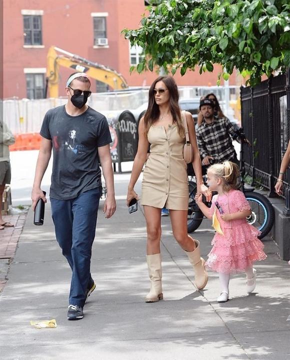 Bé Lea rất vui khi được đi cùng cả bố lẫn mẹ. Bradley và Irina đều là những bậc phụ huynh tận tâm với con.