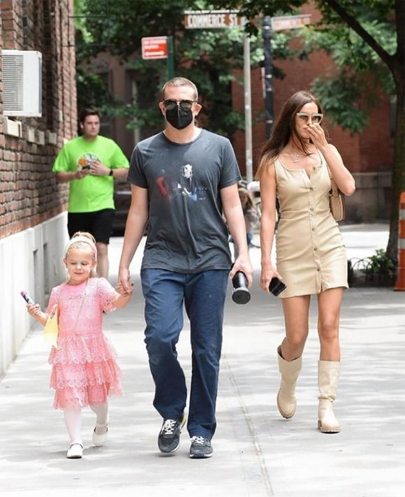 Bradley Cooper nắm tay con gái 4 tuổi trong khi Irina Shayk đi bên cạnh.
