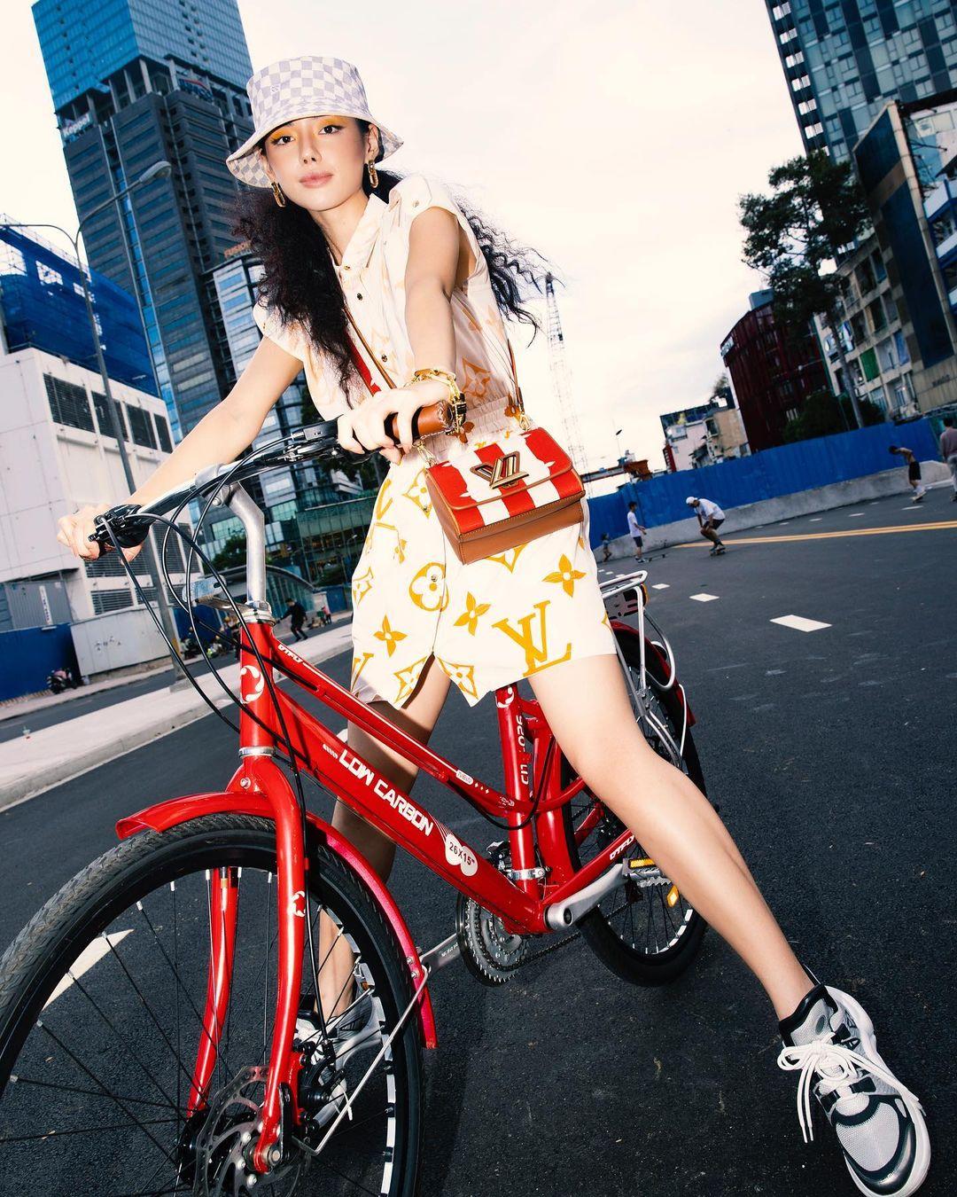 Fashionista gốc Hà thành chăm làm mới hình ảnh bản thân với đủ phong cách từ gợi cảm cho đến cá tính, nổi loạn.