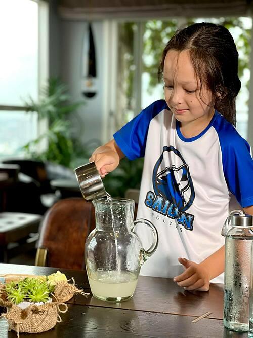 Bé Tôm - con trai ca sĩ Hồng Nhung - tự tay pha nước chanh cho cả nhà uống để có thêm vitamin C.