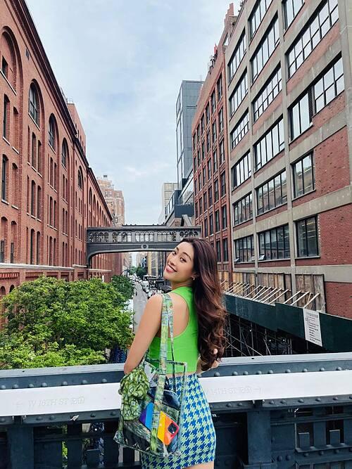 Hoa hậu Khánh Vân trẻ trung, năng động với street style trên phố Mỹ.
