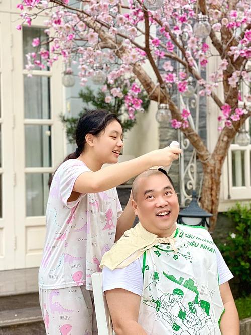 Nhạc sĩ Minh Khang được con gái cắt tóc cho tại nhà trong những ngày giãn cách xã hội.