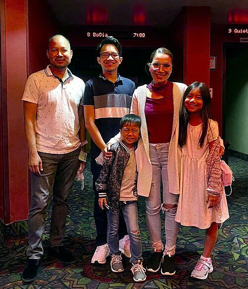 Vợ chồng ca sĩ Hồng Ngọc đưa ba con đi xem Bố già của Trấn Thành tại Mỹ nhưng tất cả các xuất chiếu đã cháy vé.