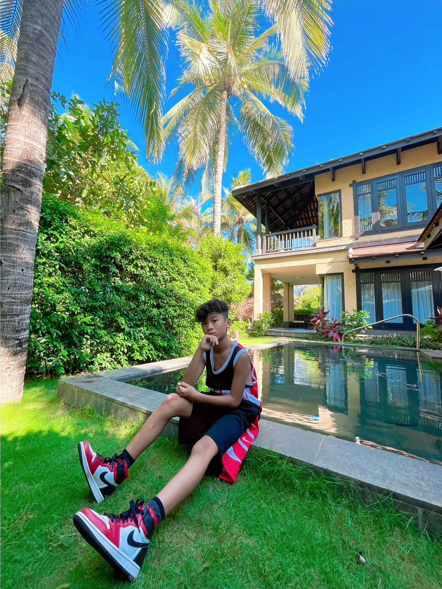 Villa của nữ ca sĩ thiếtkế pha trộn giữa nhà vườn Việt Nam và phong cách kiến trúc đương đại, gần gũi thiên nhiên.