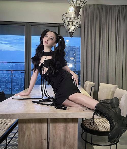 Nữ ca sĩ chăm chút cho mái tóc Thuỷ Thủ Mặt Trăng, trang phục cut-out, bốt