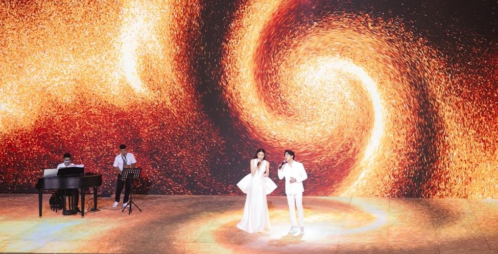 Trấn Thành - Hồ Ngọc Hà tái hợp với màn hòa giọng các ca khúc ballad lãng mạn tại Lazada Supershow hè 5/6. Ảnh: Lazada Việt Nam.
