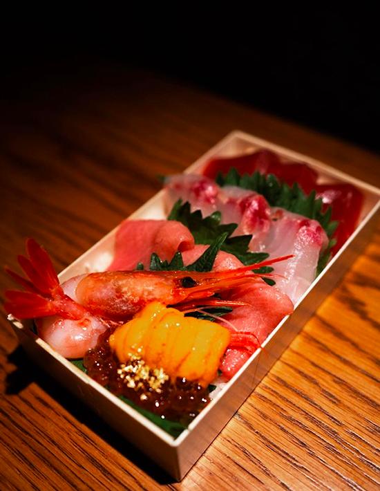 Khi đóng gói mang đi, nhà hàng vẫn đảm bảo khâu đóng gói chỉn chu, đẹp mắt, để khách hàng có cảm giác tiền nào của nấy. Món roka chirashi gồm 4 loại sashimi theo mùa: nhum biển, trứng cá hồi, tôm ngọt, cá... có giá 1.500.000 đồng.