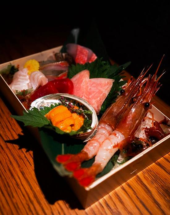 Set sashimi 8 loại cũng tương tự nhưng có thêm 3 thành phần cao cấp khác, trong đó có nhum biển, cá ngừ. Giá của set đồ ăn này cũng khiến nhiều người choáng váng - 2.350.000 đồng, tương đương với một bữa ăn khá thịnh soạn.