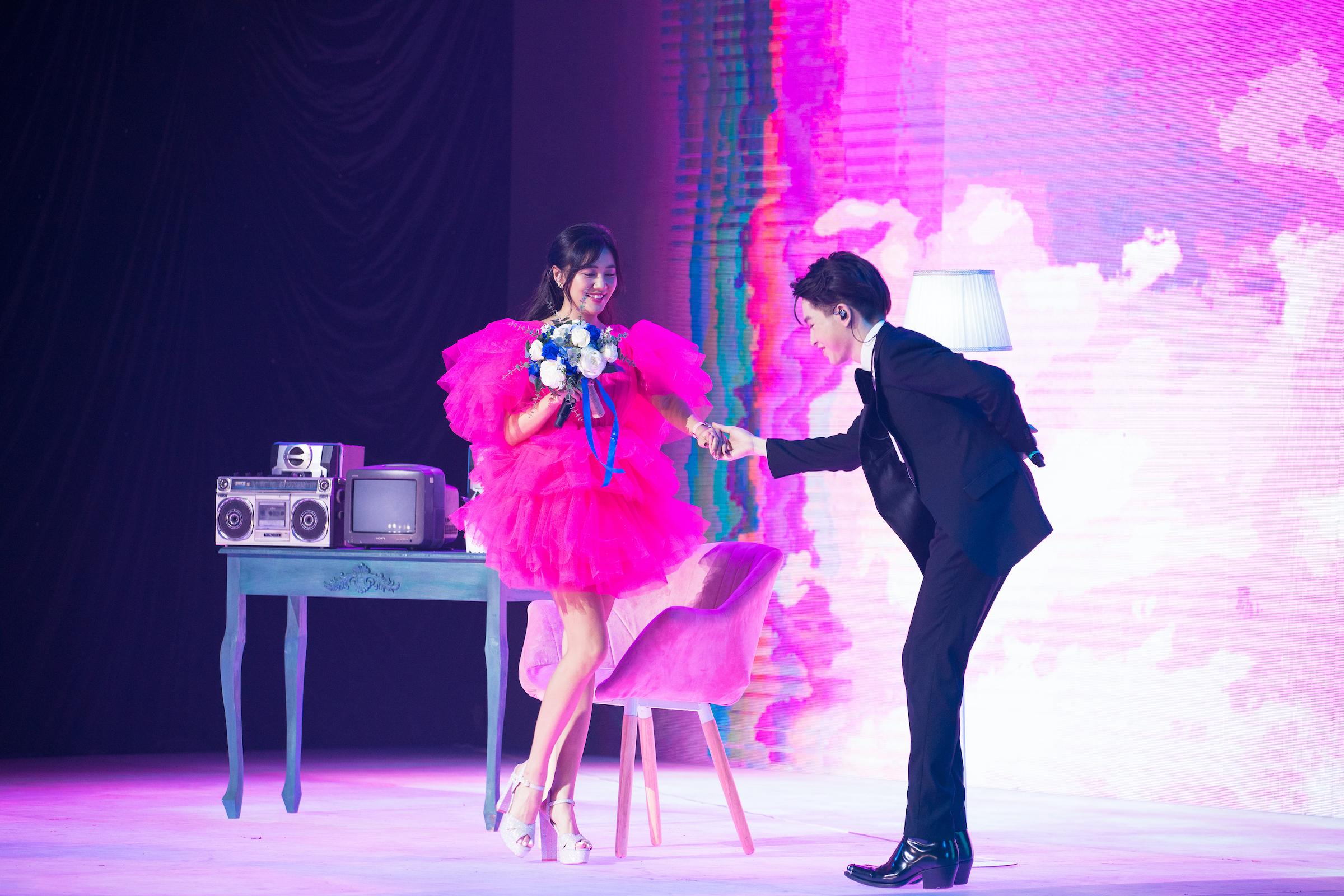 Văn Mai Hương và Đức Phúc tình tứ trong màn trình diễn Cầu hôn. Ảnh: Lazada Việt Nam.