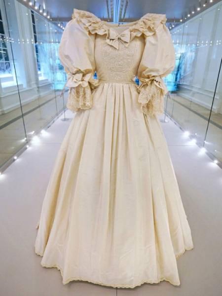 Chiếc váy hiện được trưng bày ở Điện Kensington trong triển lãm Royal Style in the Making. Ảnh: Kensington Palace.