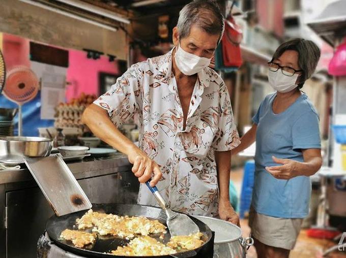 Ông Fong và chiếc chảo trứng chiên hàu theo phong cách wok hei.