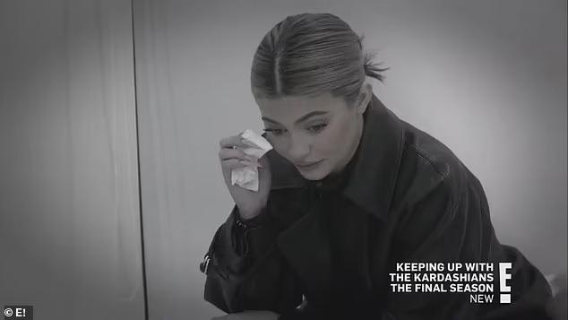 Kylie Jenner rơi nước mắt khi nghe chuyện của chị gái.
