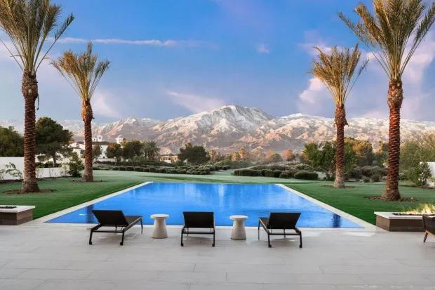 Bể bơi vô cực view núi là điểm nhấn quyến rũ trong biệt thự.