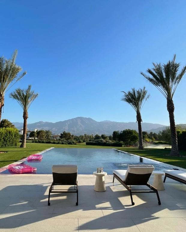 Trên Instagram 125 triệu người dõi theo, Kourtney tiết lộ một số hình ảnh biệt thự như resort của mình.