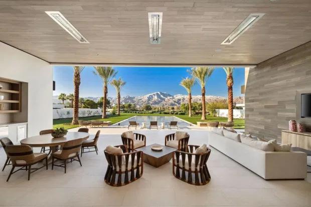 Ngôi nhà được thiết kế theo phong cách đương đại giống như một resort, mang đến cảm giác thư thái, bình yên.