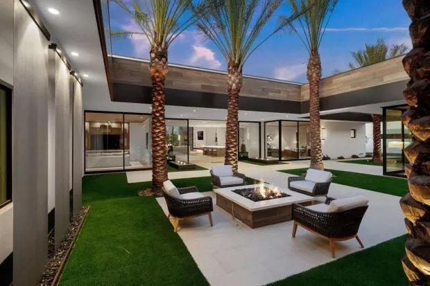 Theo The Sun, Kourtney Kardashian mua biệt thự mới ở La Quinta, California hôm 27/5. Villa vừa được xây dựng, thuộc khu nghỉ dưỡng Madison Club danh tiếng.