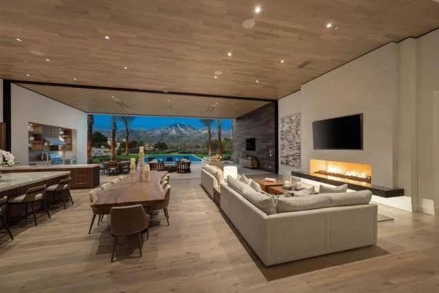 Phòng khách lớn kết nối với bếp, phòng ăn trong một không gian mở ấn tượng.