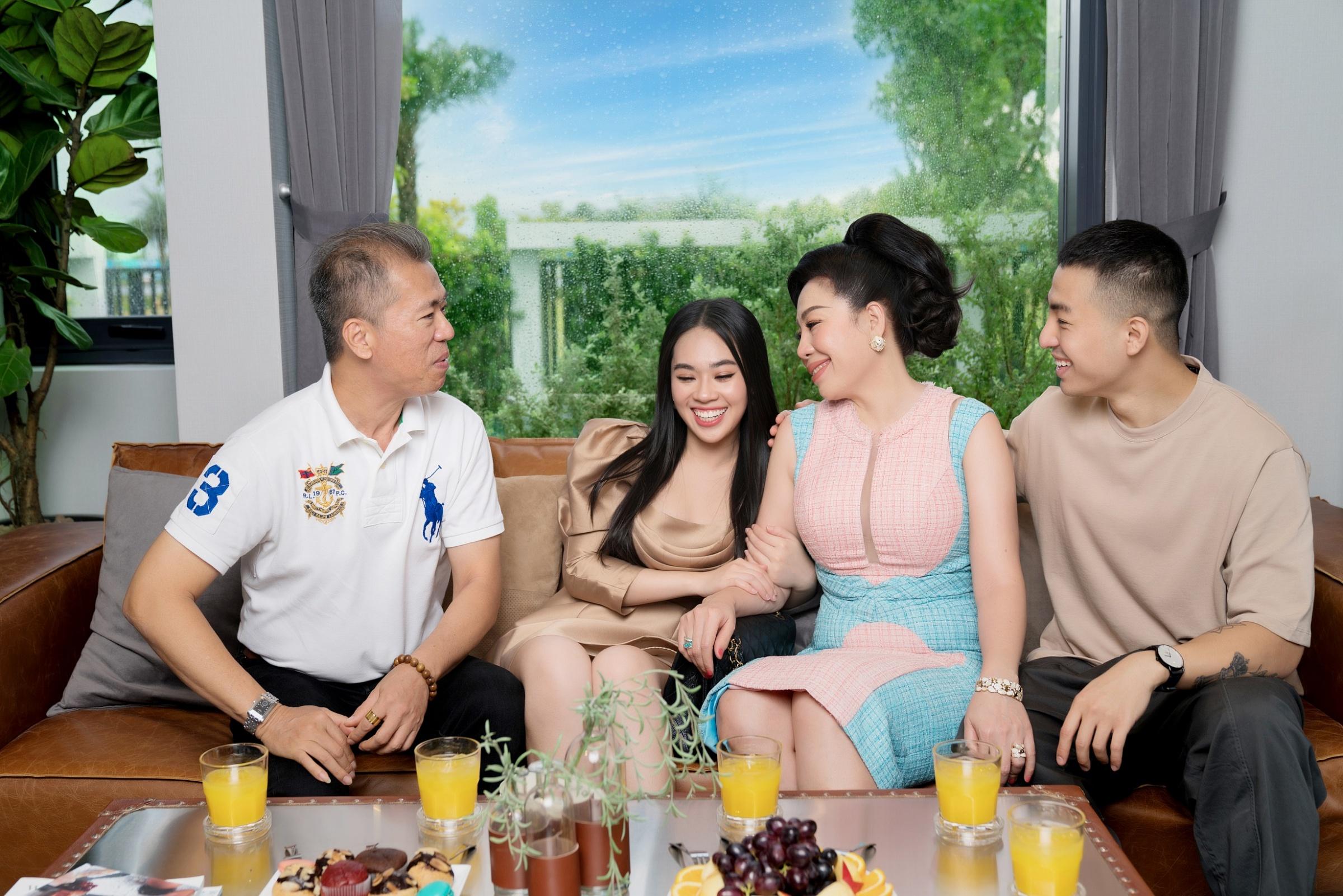 Những phút giây thư giãn của NKT Linh San cùng gia đình trong chuyến trải nghiệm đô thị đảo Phượng Hoàng.