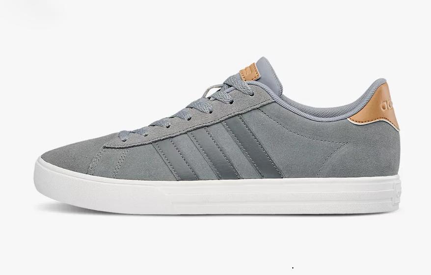 Giày thể thao Adidas Daily 2.0 B44710 màu xám, làm từ chất liệu thoáng khí cả mặt trong và mặt ngoài giúp người sử dụng dễ chịu dù đi giày cả ngày dài. Phần trên bằng da lộn được tạo điểm nhấn với 3 sọc tương phản. Bộ đế bằng cao su, êm ái được thiết kế theo kiểu đế xuồng 3cm vừa tạo tính đàn hồi cho từng bước đi đồng thời giúp người đi cao thêm khá đáng kể. Thiết kế đơn giản, không cồng kềnh, đôi giày phù hợp với mọi giới tính, mọi lứa tuổi, phối được với rất nhiều phong cách thời trang khác nhau. Giá gốc 1,65 triệu đồng, ngày 6/6 ưu đãi 28% còn 1,19 triệu đồng.