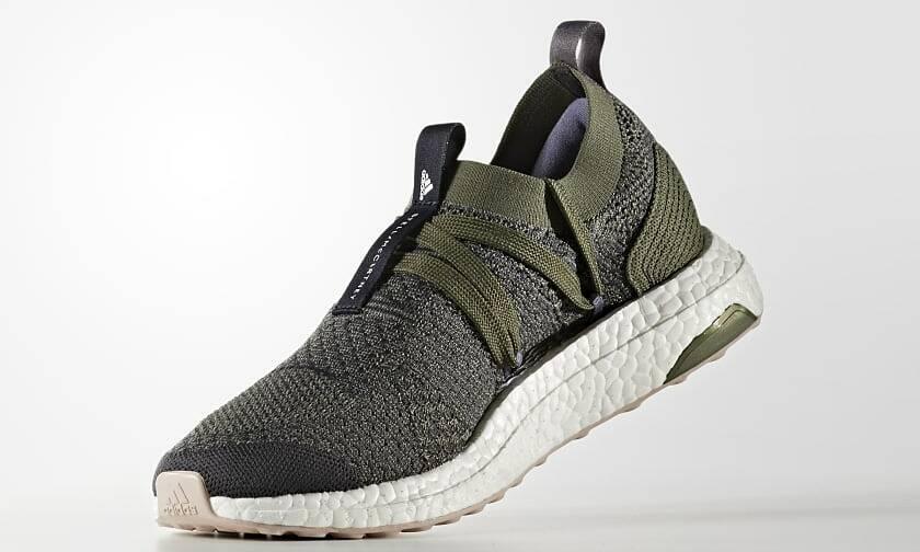 Giày thể thao Adidas Ultra Boost CG3685 dành cho nữ, có thiết kế ôm trọn bàn chân, không có lưỡi gà. Giữa thân giày (upper) và đế giày (sole) có một khoảng không lớn, bó sát vào lòng bàn chân. Thân giày được làm từ Primeknit - chất liệu lưới dệt cao cấp số một của Adidas. Phần đế giữa cấu tạo từ vật liệu BOOST, có khả năng hoàn trả năng lượng tốt, độ bền cao, ổn định trong mọi điều kiện nhiệt độ. Lớp outsole (đế ngoài) bằng cao su với hình tròn bẹt tăng độ bám dính. Mẫu giày có size 36, giá gốc 3,7 triệu đồng, hôm nay ưu đãi 38% còn 2,3 triệu đồng.