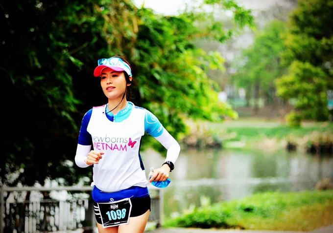 Hoa hậu Thu Thuỷ trên một đường chạy marathon.