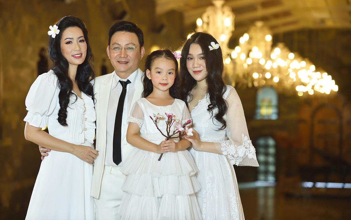 Trịnh Kim Chi có cuộc sống hôn nhân hạnh phúc hơn 20 năm bên doanh nhân Trấn Phương và hai con gái.