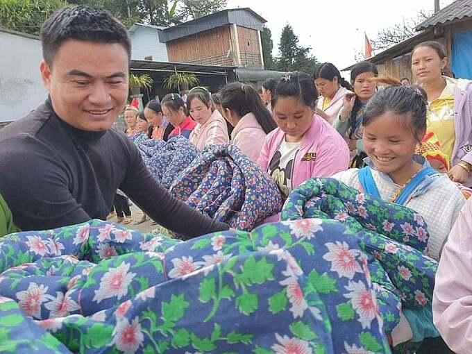 Anh Văn trong chương trình từ thiện Áo ấm vùng cao tại tỉnh Lai Châu.