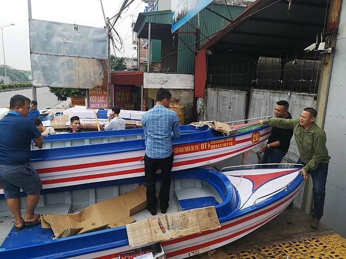 Những chiếc cano được tập kết trước khi đi vào vùng lũ miền Trung thực hiện sứ mệnh cứu người.