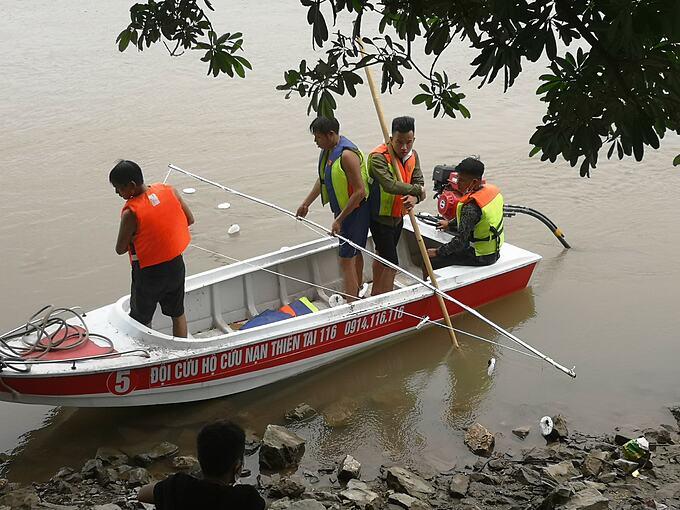 Đội tìm kiếm cứu nạn đường thuỷ do anh Văn và các bạn lập ra trong lần tìm kiếm nam sinh đuối nước.
