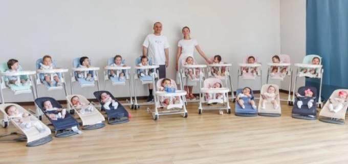 Vợ chồng Kristina bên những đứa con mà họ thuê người đẻ mướn trong năm qua. Ảnh: Instagram.