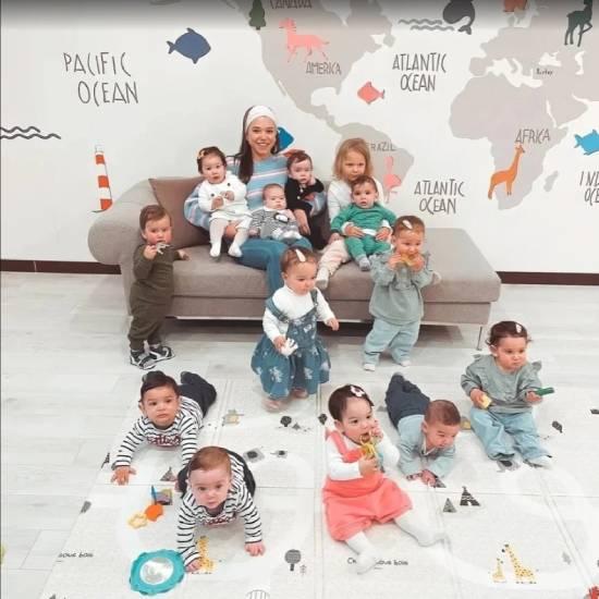 20 đứa con đẻ mướn của họ hiện từ 4 đến 14 tháng tuổi. Ảnh: Instagram.