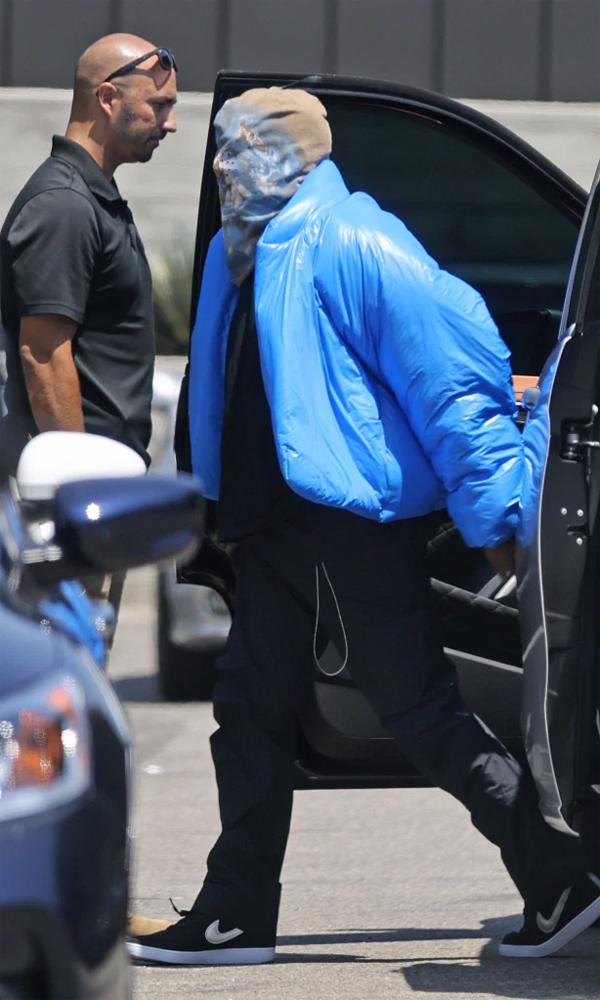 Kanye West mặc áo phao, mũ trùm kín mặt ra phố