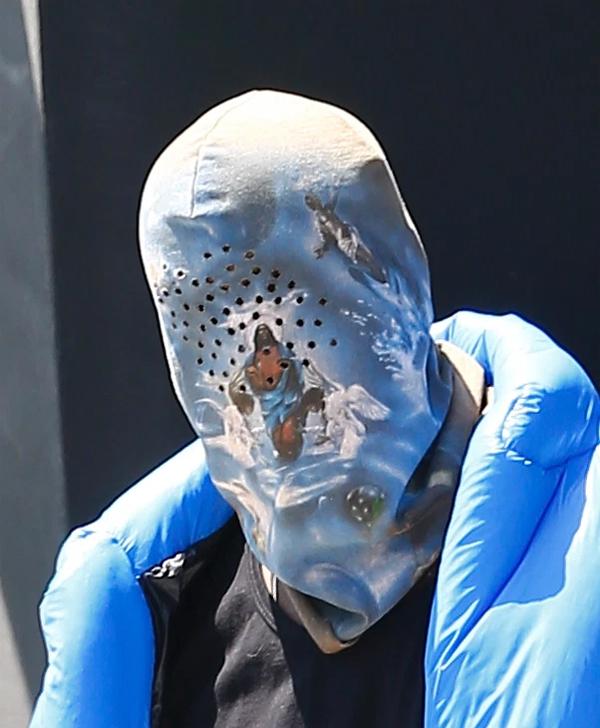 Kanye West mặc kín như Ninja.