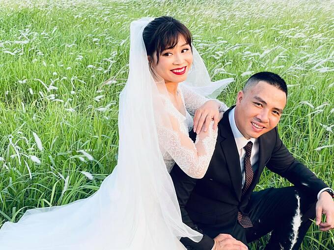 MC Hoàng Linh và ông xã Mạnh Hùng chụp ảnh cưới năm 2021. Nữ MC Chúng tôi là chiến sĩ cho biết mỗi năm chồng cô sẽ đồng ý chụp ảnh cưới một lần. Cô gọi chồng là rùa chúc mừng anh vì sự phi thường của 6 năm qua, gọi mình là thỏ và mừng vì sự may mắn của bản thân.