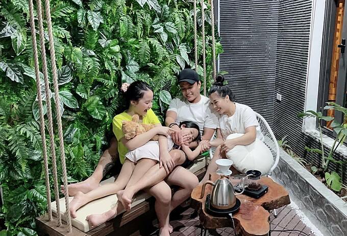 Diễn viên Hồng Đăng vui đùa bên vợ và hai cô con gái.