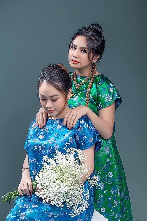 Ca sĩ Thanh Lam hạnh phúc bình yên bên con gái Thiện Thanh. Con gái của nữ ca sĩ sắp đón thêm thành viên mới chào đời vào tháng 8 tới.